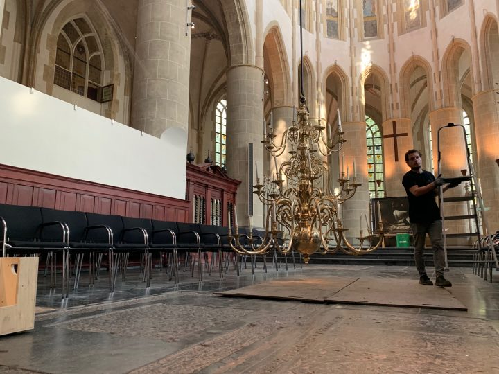"""Na ruim een eeuw heeft Martinikerk weer kroonluchters: """"Het is net pakjesavond"""""""