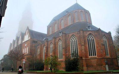 Na meer dan een eeuw weer koperen kroonluchters (nu met led-lampjes) in Martinikerk in Groningen